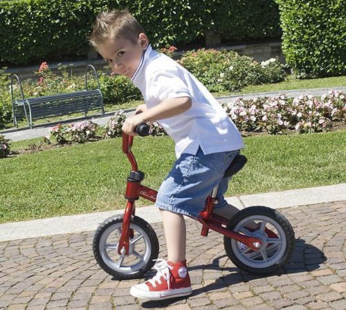 bici senza pedali a marchio Chicco con sopra un bambino