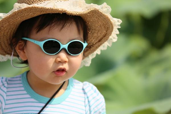 neonato con occhiali da sole