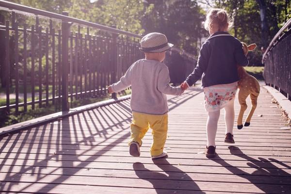Bambini di 2 anni che corrono