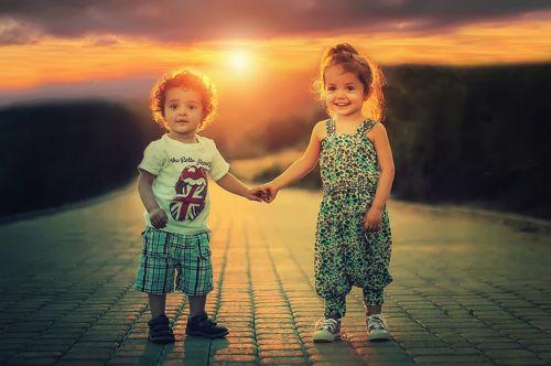 bambini piccoli con bei vestit