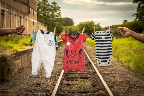 vestiti di bambini appesi
